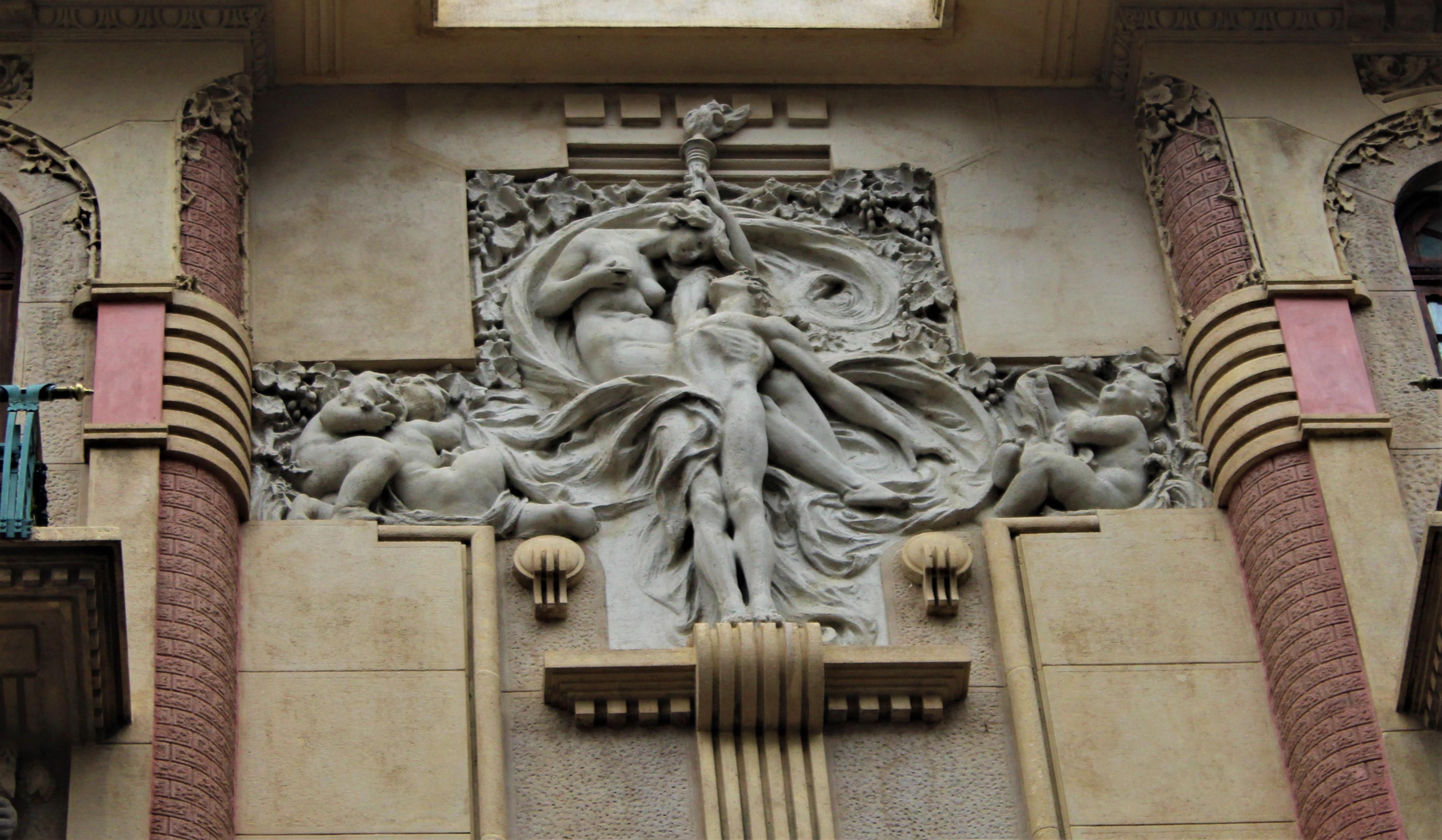 Escultura de los amantes en la fachada de Casa Calise. Imagen: Lucía Benavente.